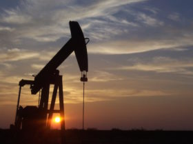 Oil continues rally, investors wary as dollar strengthens